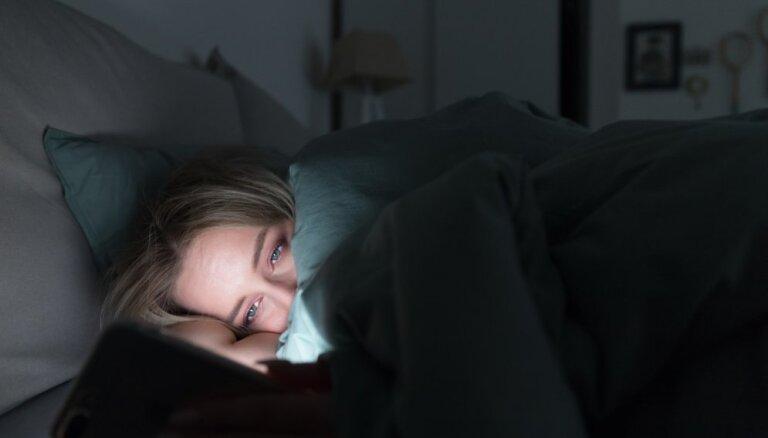 Sievietes miega traucējumus piedzīvo divreiz biežāk, liecina aptauja