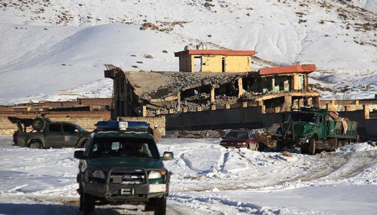 Foto: Talibu uzbrukumā Afganistānas armijas bāzei nogalināti 65 cilvēki