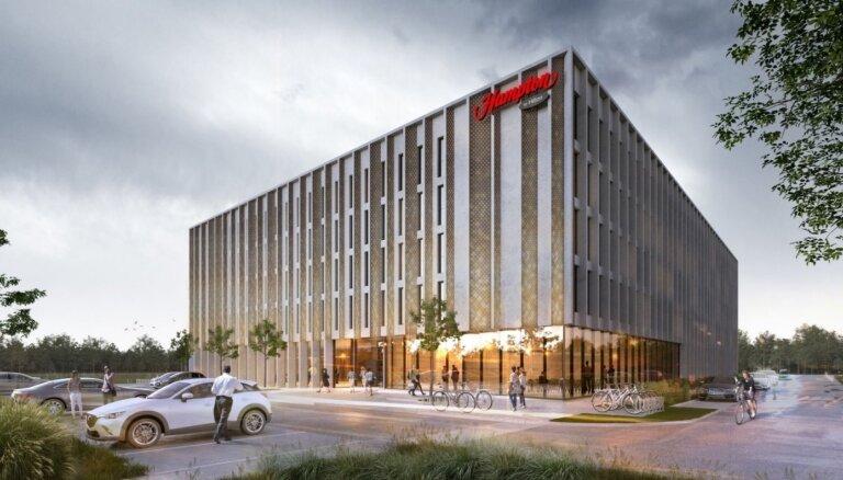 "ФОТО: Возле аэропорта ""Рига"" начали строить гостиницу Hampton by Hilton"