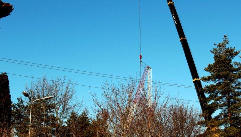 Demontē bīstamo Stopiņu radiostacijas torni