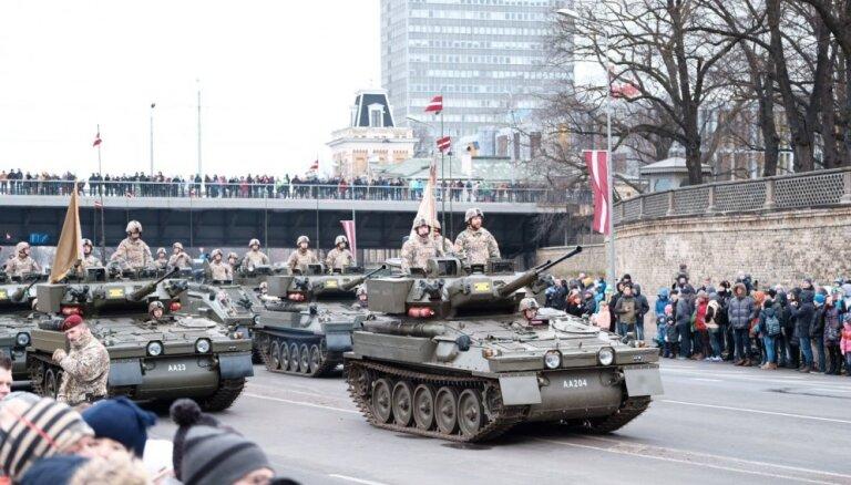 ФОТО, ВИДЕО. В Риге прошел военный парад: кто в нем принял участие?