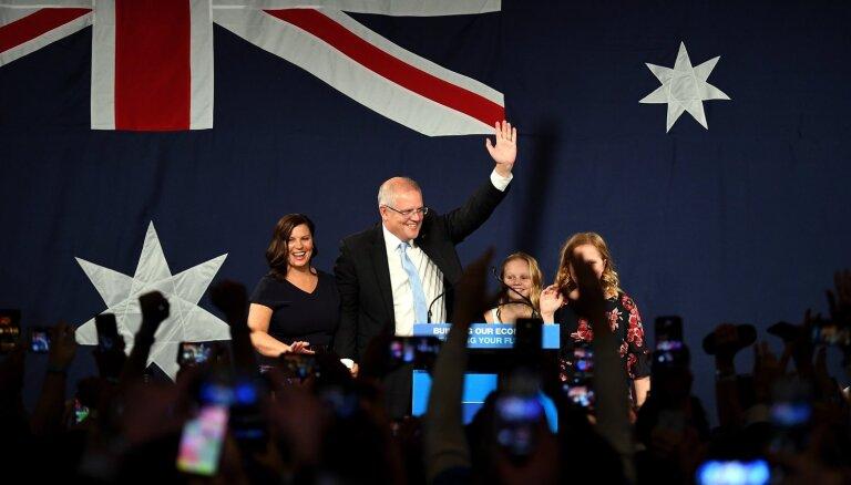 Austrālijas konservatīvā koalīcija vēlēšanās izcīnījusi pietiekami daudz vietu vairākuma valdības izveidošanai