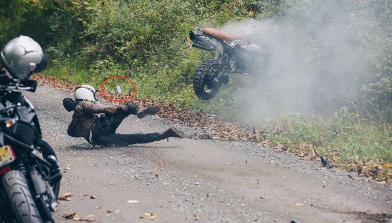 Foto: Kad motocikla paraušana ratā noiet greizi; sabiedrību gan uztrauc lidojošais 'iPhone'