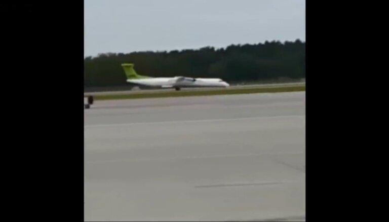 Video: 'airBaltic' lidmašīnas ārkārtas nosēšanās un pasažieru evakuācija