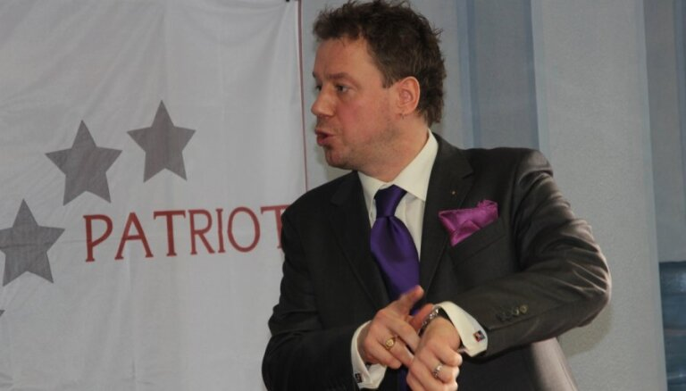Видный масон устраивает пикет за отставку Нила Ушакова