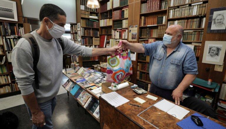 Коронавирус: Испания принимает первых туристов, гигантские очереди у магазинов в Англии