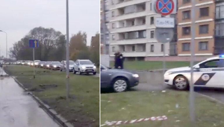 Video: 'Te nav Maskava!' Ziepniekkalnā policija bloķē auto sastrēgumu uz ietves