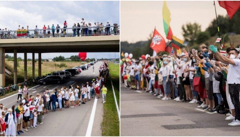 Foto: Tūkstošiem cilvēku izveido dzīvo ķēdi no Viļņas līdz Baltkrievijai