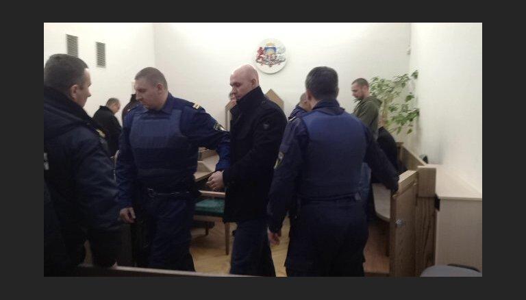 'Policistu-laupītāju' lietā piespriež bargus cietumsodus; Žagaram - mūža ieslodzījums (plkst.14:20)