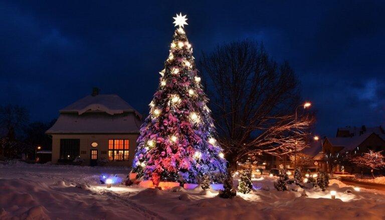 Kā baltā un sniegotā pasakā – Alūksne ietērpusies krāšņā svētku rotā