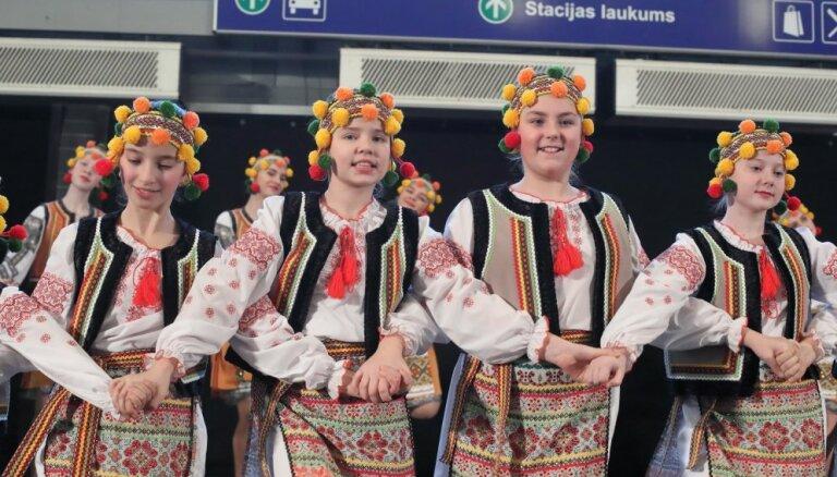 Foto: Dzelzceļa stacijā ar tradicionālo koncertu atklāts Baltijas baleta festivāls