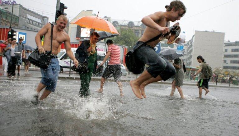Vietām Latvijā nolijusi teju puse mēneša normas un lietus turpinās