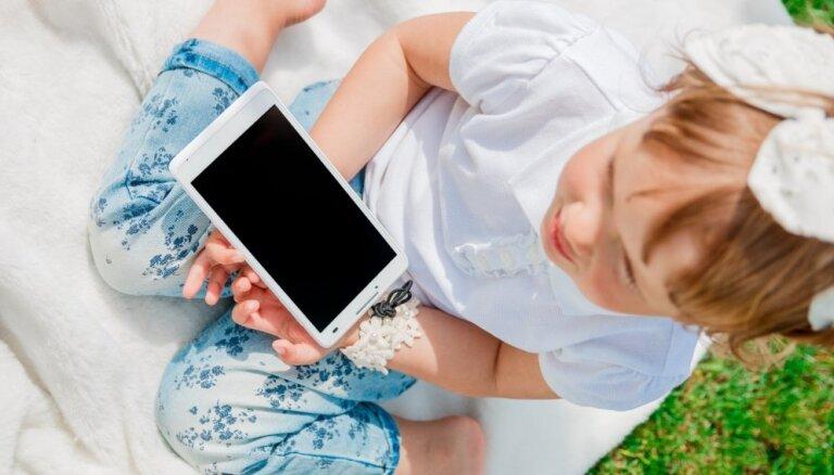 Aptauja: Tēti divas reizes biežāk nekā mammas dod planšetes bērniem līdz gada vecumam