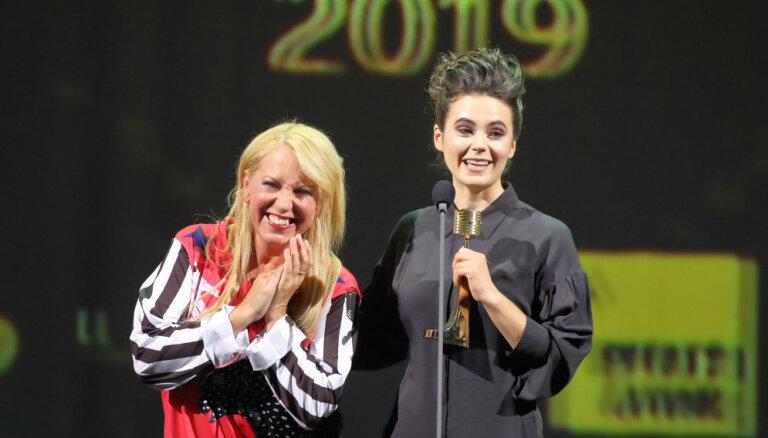 Mūzika vieno: Evija Vēbere un Olga Rajecka sirsnīgi apskaujas