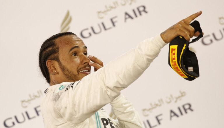 Kārtējās 'Ferrari' neveiksmes ļauj Hamiltonam uzvarēt Bahreinā