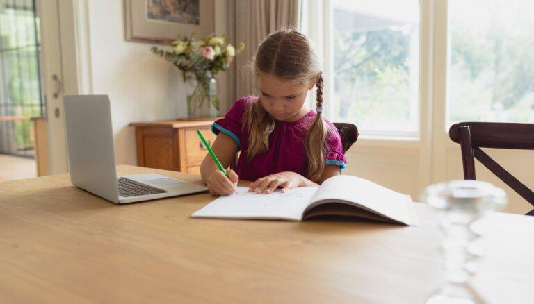 Pētījums: Latvijas skolēniem labi izdevies pielāgoties attālināto mācību procesam