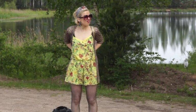 Dita Lūriņa naivas laucinieces tēlā uzmirdz seriālā 'Viņas melo labāk'