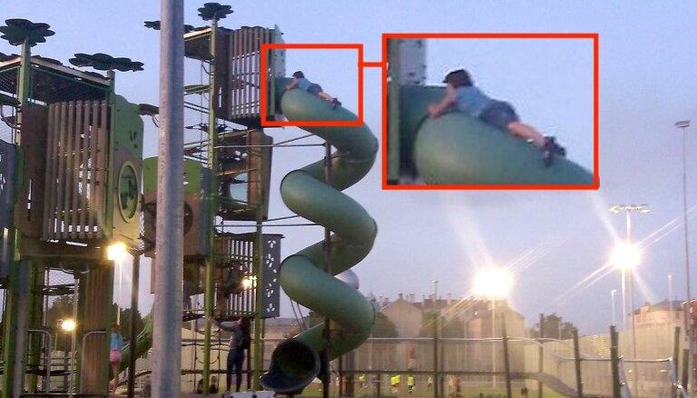 Foto: 'Drošsirdīgs' bērns Centra sporta kvartālā rāpjas augstā slidkalniņā