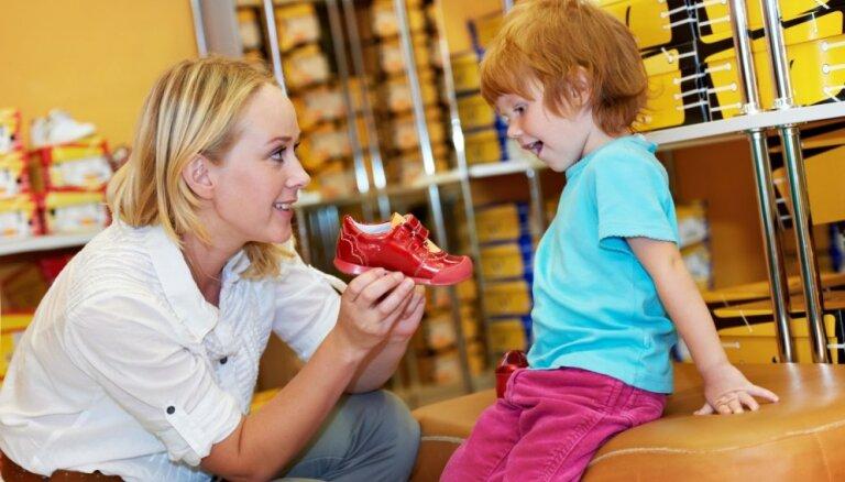 Kļūdas, ko vecāki pieļauj bērnu apavu iegādes procesā