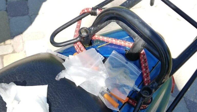 Tukumā pie mopēda vadītāja atrod narkotiskās vielas un šļirces