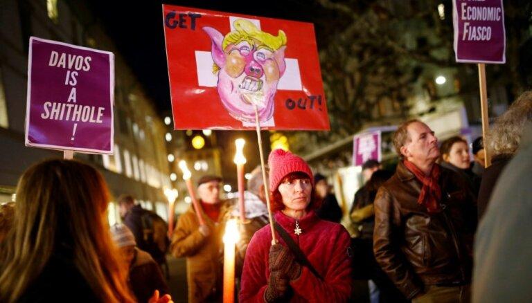 Foto: Tūkstošiem cilvēku Šveicē protestē pret Trampa dalību Davosas forumā