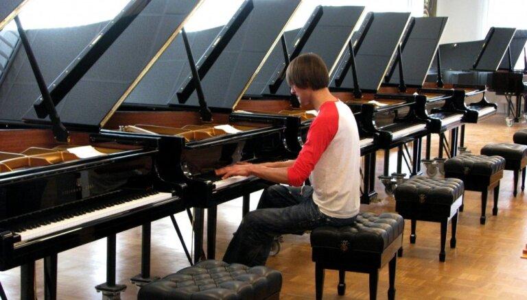 Foto: Šimkus Hamburgā izvēlas 'Steinway & Sons' koncertflīģeli Dzintaru koncertzālei