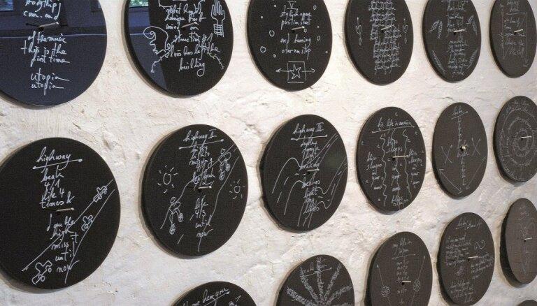 Rīgā atklās vācu mākslinieces Augustas Lāras izstādi 'Dzejas rekonstrukcija'
