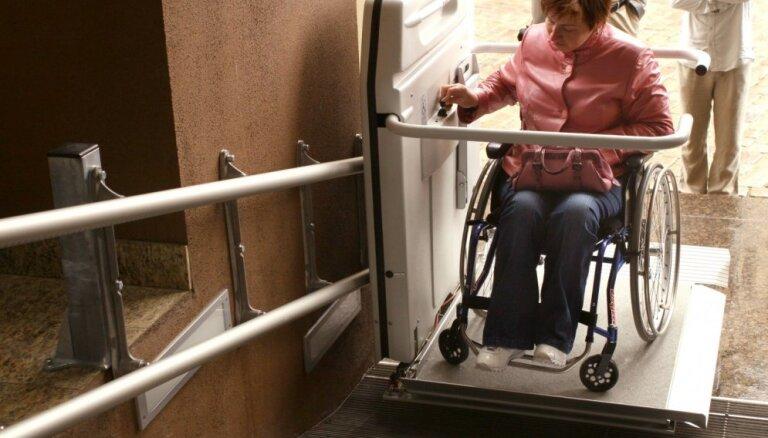 Ratiņkrēslu pacēlājus Rīgā remontēs par 89 tūkstošiem eiro