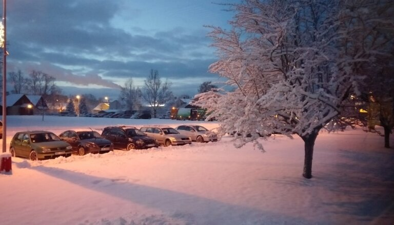 Foto: Talsos sasnigusi 11 centimetrus bieza sniega sega