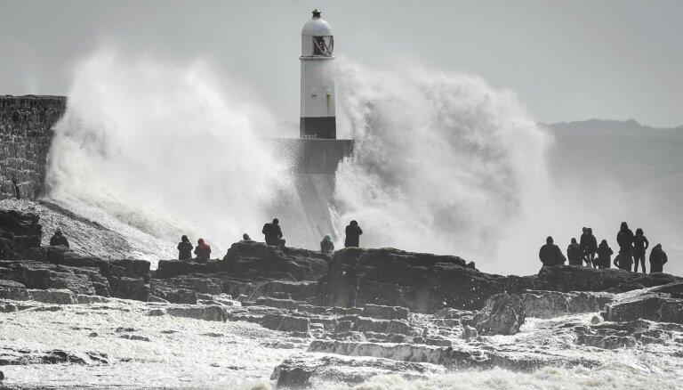 Vētra 'Hanna' sasniedz Lielbritāniju