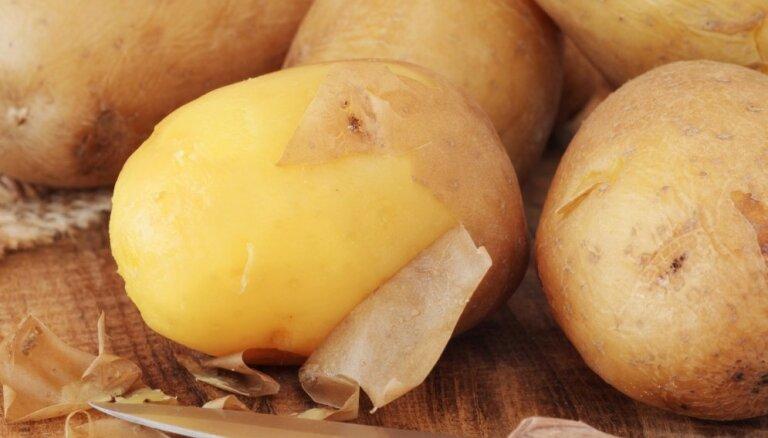 Video: Kā bez naža pāris sekunžu laikā nomizot vārītus kartupeļus?