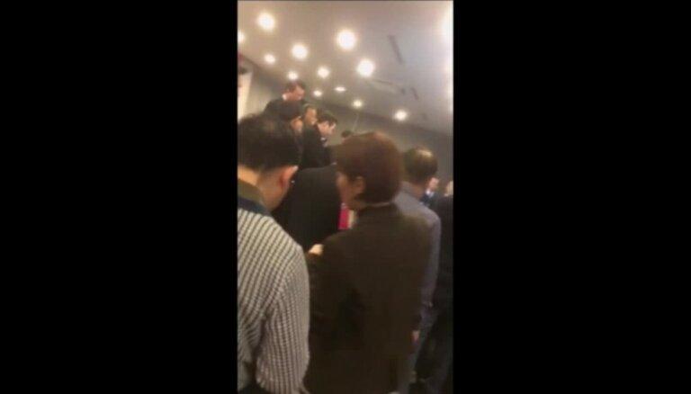 Uzbrukumā ar nazi cietis ASV vēstnieks Dienvidkorejā