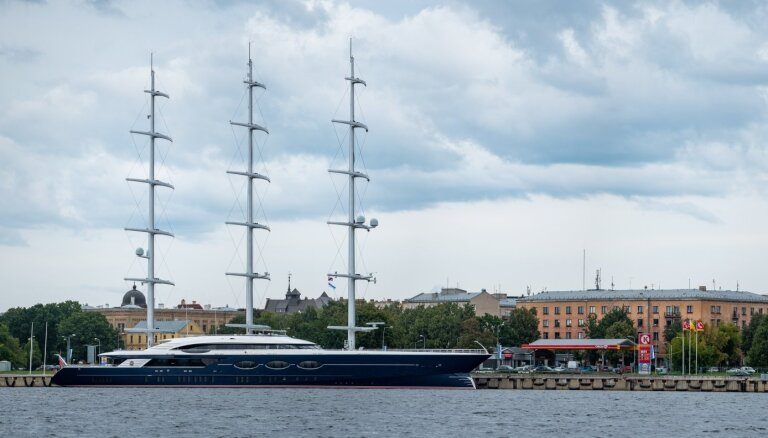 Foto: Rīgā piestājusi varenā superjahta 'Black Pearl'