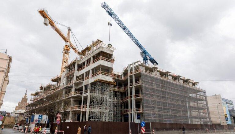 Foto: nosvinēti spāru svētki tirdzniecības centra 'Origo' jaunajai sešstāvu piebūvei