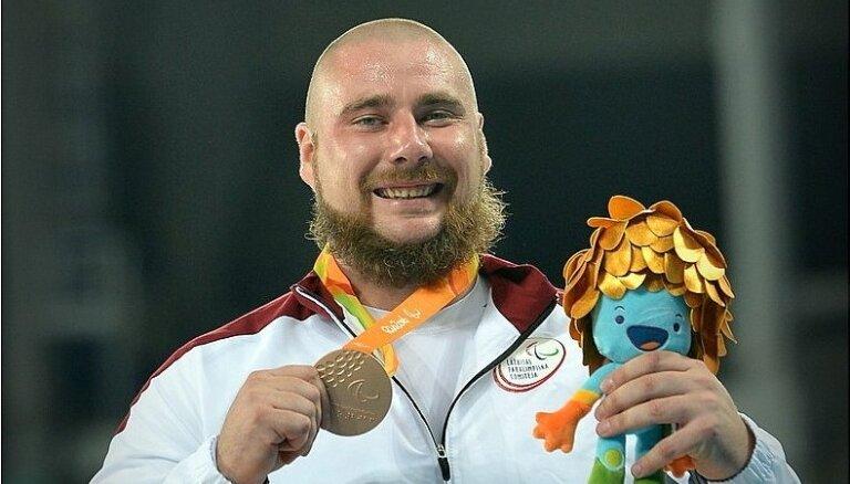 Foto: Paralimpiskais lodes grūdējs Bergs saņem izcīnīto bronzas medaļu