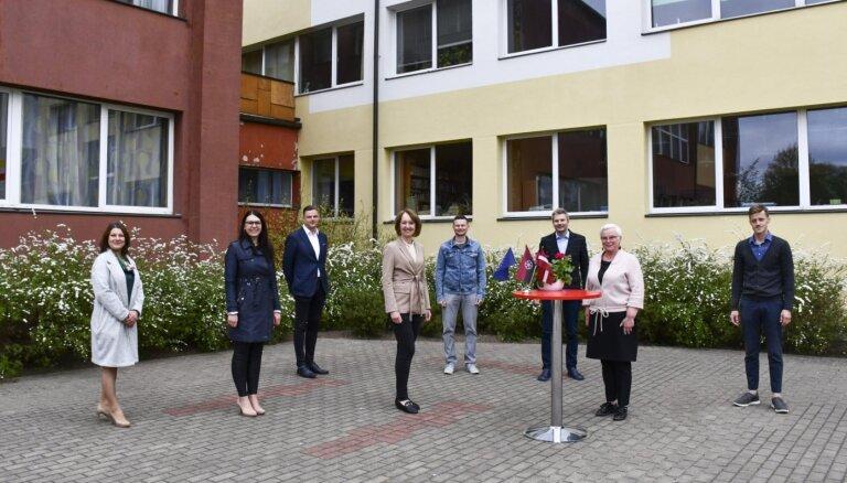 Paraksta līgumus par Kuldīgas Centra vidusskolas un stadiona atjaunošanas būvdarbiem