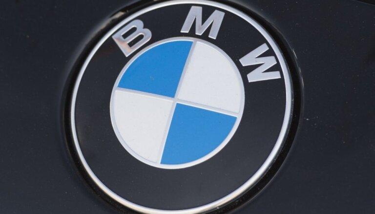 Jūrmalā BMW nobrauc no ceļa un ietriecas sētas žogā
