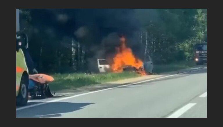 Video: Pēc sadursmes ar kravas mašīnu uz autoceļa Liepājā nodedzis 'BMW'