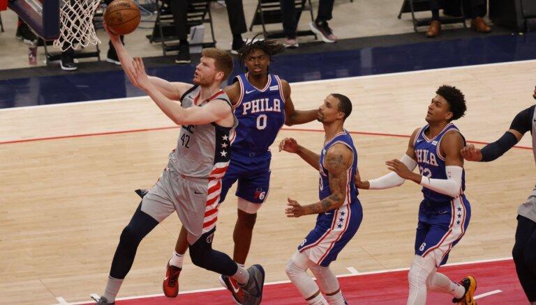 """Bertāns gūst astoņus punktus 'Wizards"""" trešajā zaudējumā NBA izslēgšanas turnīrā"""
