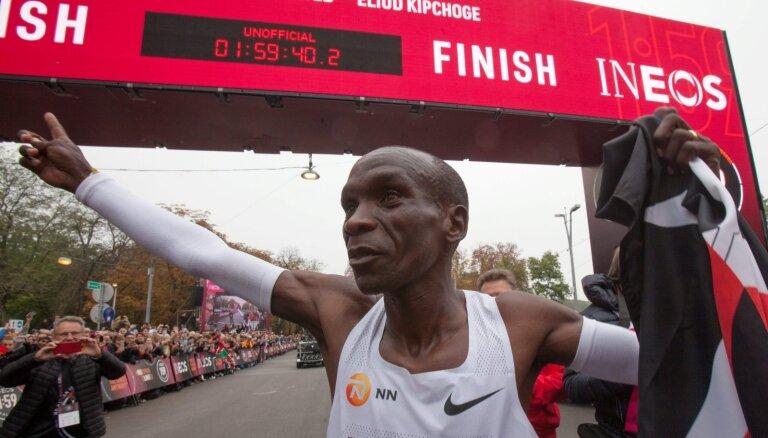 Kipčoge kļūst par pirmo cilvēku pasaulē, kurš maratonu noskrējis ātrāk nekā divās stundās