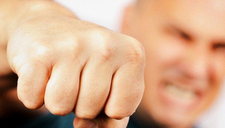 Вецрига: пьяные подростки конфликтовали с персоналом кафе и избили посетителя