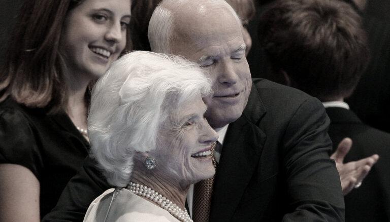 Mūžībā devusies senatora Makeina māte