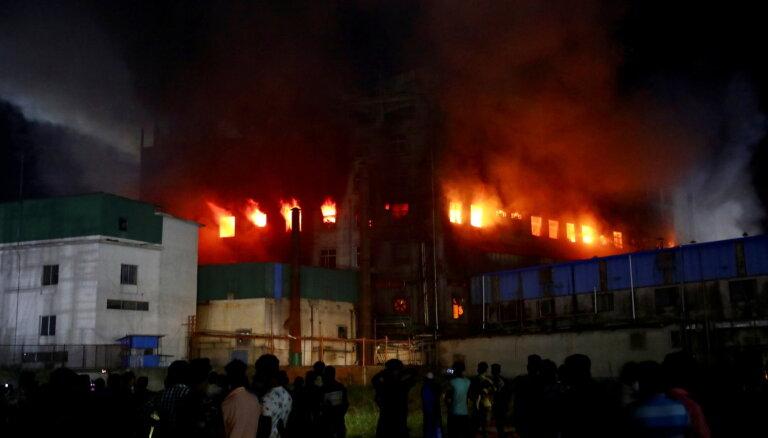Ugunsgrēkā Bangladešas fabrikā bojā gājuši 52 cilvēki
