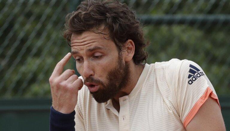 """Гулбис проиграл во втором круге """"Ролан Гаррос""""; Джокович и Хачанов идут дальше"""