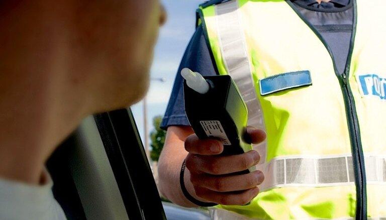 Par braukšanu pamatīgā reibumā no amata atvaļināts ugunsdzēsējs turpina strādāt policijā