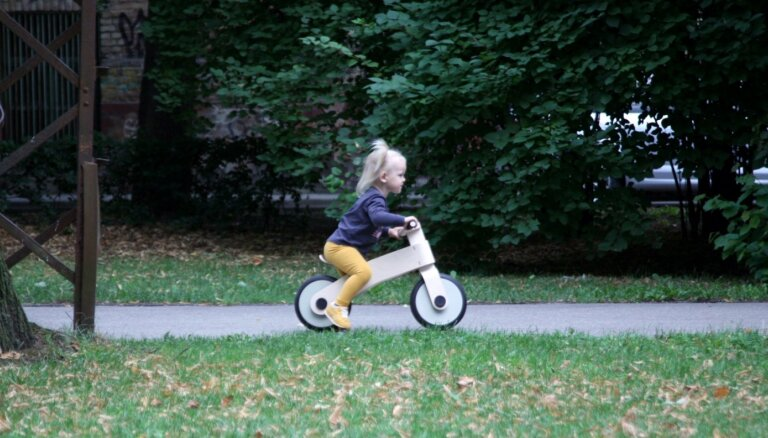 Latvijā radīts bērnu koka līdzsvara ritenītis, kura konstrukcijā nav izmantota neviena skrūve