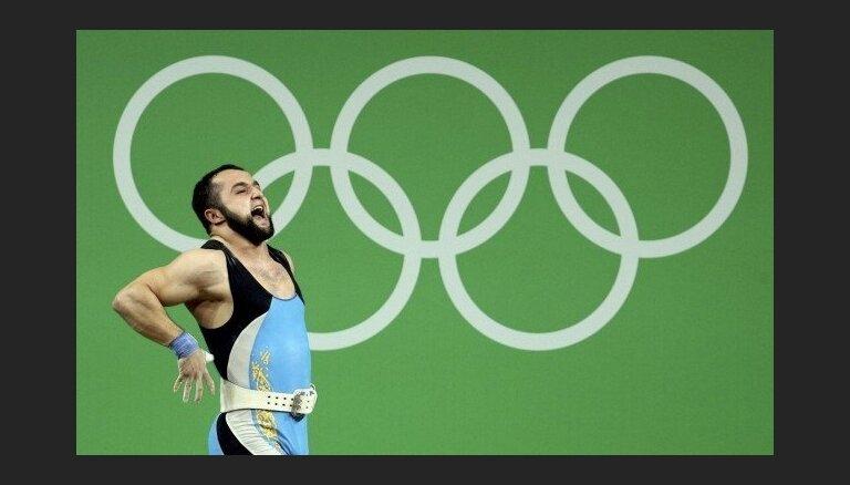 Kazahs Rahimovs ar jaunu pasaules rekordu grūšanā izrauj olimpisko zeltu