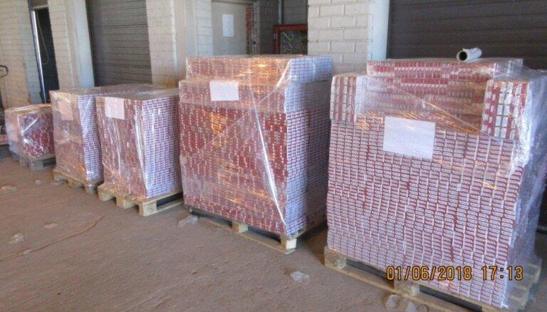 VID kravas auto slēptuvē uziet 0,7 miljonus kontrabandas cigarešu