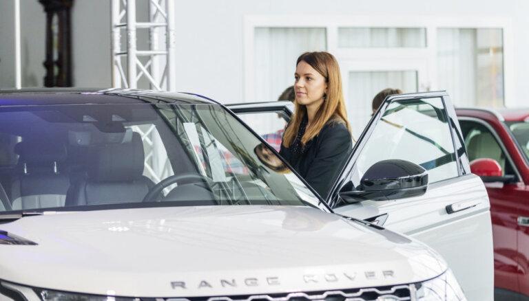 Foto: Latvijā prezentēts jaunais 'Range Rover Evoque' apvidnieks