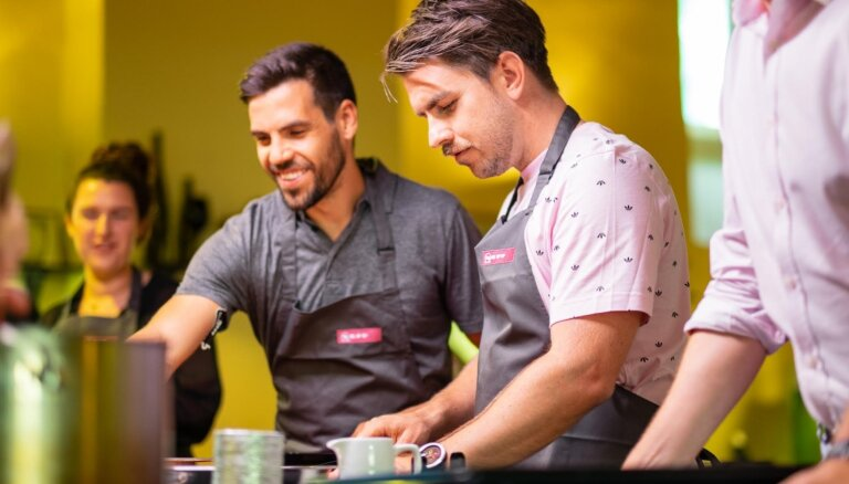 Slavenības gatavo un bauda nesteidzīgas 'Slow food' vakariņas šefpavāra pavadībā